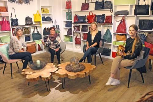 Von links nach rechts: die Tischlerin Dagmar Meyer, Gewinnerin Heidemarie Hilmer, Vivian Jessen und Daria Splettstoesser (vom Stadtmarketing) (c) Stadtmarketing Uelzen