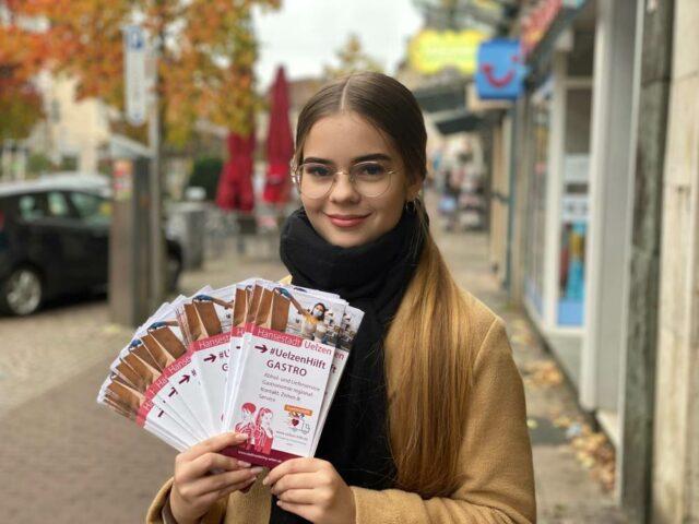 Daria vom Stadtmarketing Uelzen mit den Gastro-Flyern (c) Stadtmarketing Uelzen