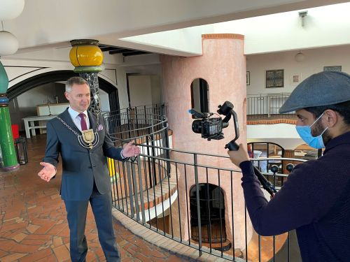 Aufnahme zum Video. Bürgermeister Jürgen Markwardt (li.) und Filmemacher Karan Pathak (c) Hansestadt Uelzen