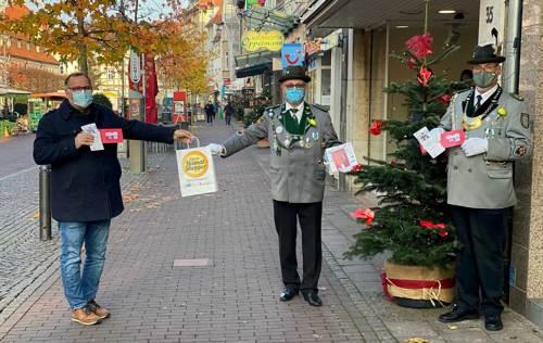 Foto Stadtmarketing Uelzen: v.l. Alexander Hass, Leiter Stadtmarketing Uelzen mit Karsten Lerch und Gerd Witt.