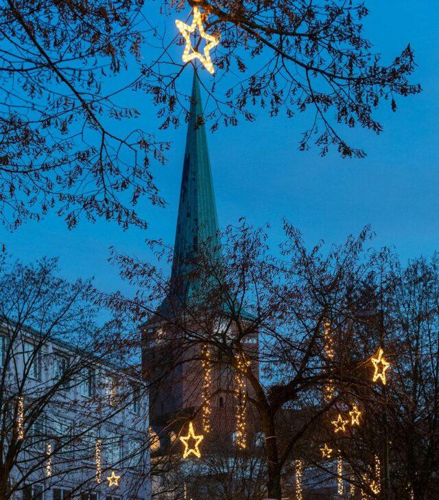 Außenansicht der Uelzener Kirche (c) Huchthausen
